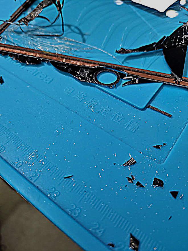 ガラスの粉が手に刺さる(^_^;)